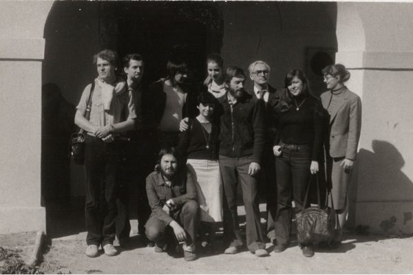 Olomoučtí posluchači a jejich učitel František Dvořák před sídlem katedry výtvarné teorie a výchovy FF UP (v současnosti sídlo Arcidiecézního muzea), Olomouc 1979/1980. Foto Anna Blahová