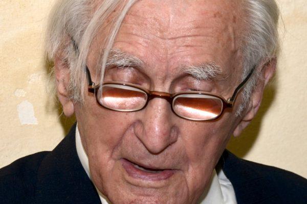 František Dvořák slaví 95 let, začtený do narozeninového daru v kavárně Montmartre, Praha 2015. Foto Jindřich Nosek