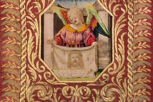 Kasule s výšivkou Arma Christi – detail anděla s Veroničinou rouškou. Řím, dílna papežského dvora (Angelo Broncone ?), kolem 1655–1660, Arcibiskupství olomoucké