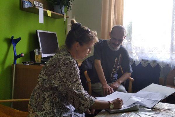 Sociální pracovnice s klientem charitní poradny Nedlužím